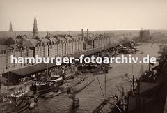 Blick vom Kaispeicher A über den Sandtorhafen zur Hamburger Speicherstadt - dicht gedrängt liegen die Schiffe am Sandthorkai - die Frachter werden entladen, Schuten und Binnenschiffe übernehmen die Ladung und transportieren sie weiter. ( ca. 1920