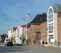 Historische und moderne Wohnhäuser / Geschäftshäuser in der Lienaustrasse von Neustadt in Holstein.