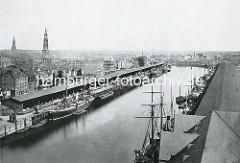 Luftaufnahme vom Sandtorhafen / Sandtorkai, Kaiserkai, Brooktorviertel im historischen Hamburg - Wohnhäuser hinter den Kaischuppen am Sandtorkai, Frachter und Schuten  liegen am Kai; Segelschiffe am Kaiserkai. ( ca. 1870 )