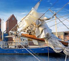 Bugspriet mit gerefftem Segel - Seglschiff im Hafen von Neustadt / Holstein.