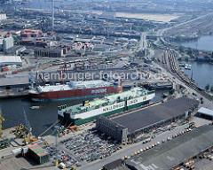 RoRo-Frachter im Kaiser-Wilhelm-Hafen; PKW stehen auf der Kaifläche zum Abtransport bereit; re. der Ellerholzhafen + die Ellerholzschleuse, die in den Reiherstieg führt. ( ca. 1996 )