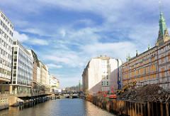 Blick über das Fleet zur Baustelle am Alten Wall beim Hamburger Rathaus in der Altstadt - im Hintergrund die Rathausschleuse. Das historische Gebäude wurde abgerissen, nur die denkmalsgeschützte Fassade blieb erhalten - es soll eine neue Einkaufspass