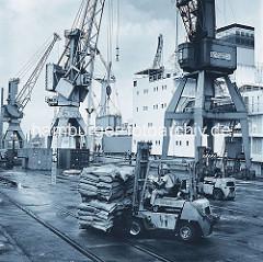 Gabelstabler mit einer Palette Säcken am Burchardkai im Hamburger Hafen. (ca. 1972 )