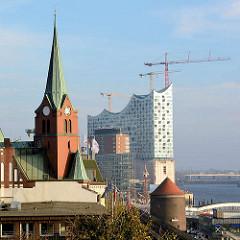 Blick vom Stintfang auf die 1907 erbaute schwedische Seemannskirche / Gustaf Adolf Kirche - dahinter die Baustelle der Elbphilharmonie.