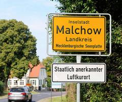 Ortschild Inselstadt Malchow, Landkreis Mecklenburgische Seenplatte; staatlich anerkannter Luftkurort.