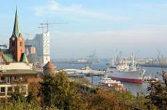 Blick vom Stintfang auf das Hamburger Museumsschiff Cap San Diego an der Überseebrücke; lks. die 1907 erbaute schwedische Seemannskirche / Gustaf Adolf Kirche - im Hintergrund die Baustelle der Elbphilharmonie.