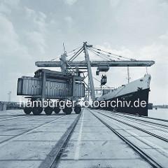 Containerschiff American Lynx am Burchardkai im Hamburger Hafen; Van Carrier mit Container der United States Lines. ( 1968 )