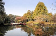 Stadtpark Hamburg Winterhude - Liebesinsel im Stadtparksee; Herbst in Hamburgs größter Grünanlage / Naherholungsgebiet.