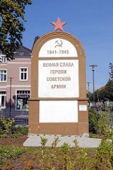 Sowjetisches Ehrenmal an der Bahnhofsstrasse - Kyrillsche Inschrift: 1941 bis 1945, Unsterblicher Ruhm den Helden der Sowjetischen Armee. Vor dem Denkmal waren bis 1995 elf Menschen bestattet.