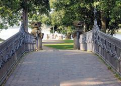 Brücke mit eisernem Geländer auf der Schlossinsel von Mirow.
