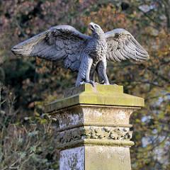 Gusseiserner Adler mit ausgebreiteten Flügeln - Gedenkstein für die Gefallenen des Krieges 1870/71 gegen Frankreich; Kieler Strasse / Quickborn.