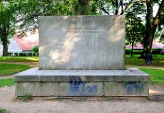 Gedenkstein bei der Stadtkirche, Inschrift: Den in dem Weltkriege 1914 / 1919 gebliebenen Malchowern. Den GEfallenen zur Ehrung, den Lebenden zur Mahnung.