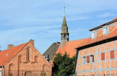 Historische Backsteingebäude - Glockenturm der 1408 errichteten Hospitalkirche von Neustadt in Holstein.
