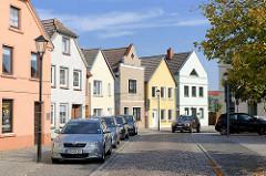 Wohnhäuser / parkende Autos, Kurze Strasse / Malchow.