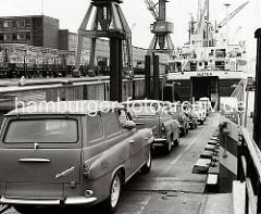 Das Roll on Roll off (RoRo) Schiff ALSTER hat seine Heckklappe geöffnet - über die Laderampe wird der Frachter mit dem SKODA Kombi Octavia beladen. ( 1969 )