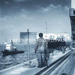 Festmacher am Burchardkai, Container Terminal - ein Frachtschiff wird mit einem Schlepper an die Kaianlage geschleppt. ( ca. 1975 )