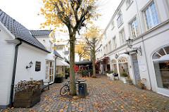 Historischer Hinterhof mit Geschäften / Restaurant in Hamburg Rotherbaum / Pöseldorf.