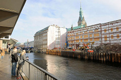 Am Alsterfleet - Blick über das Fleet zur Baustelle am Alten Wall beim Hamburger Rathaus in der Altstadt. Das historische Gebäude wurde abgerissen, nur die denkmalsgeschützte Fassade blieb erhalten - es soll eine neue Einkaufspassage und Büros entste