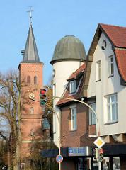 Modernisierte historische Architektur, Wohn- und Geschäftshaus, Kieler Strasse / Quickborn; Kirchturm der Marienkirche.