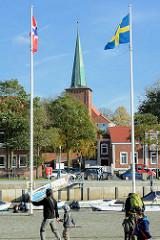 Hafenpromenade in Neustadt / Holstein - Kirchturm der Stadtkirche.