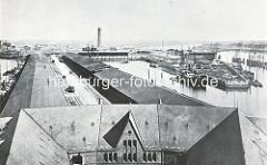 Blick vom Kaispeicher auf den Grasbrookhafen und die Lagergebäude am Kaiserkai im Sandtorhafen - die Schuppen am Dalmannkai des Grasbrookhafen sind fertiggestellt - die Kaianlage am Hübenerkai / Strandkai ist noch im Bau - im Hintergund der