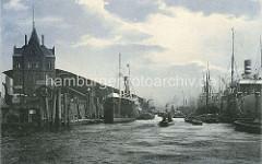 Historische Bilder aus dem Hamburger Hafen - Blick auf den Kirchenpauerkai an der Norderelbe; Frachter liegen am Kai - andere Frachtschiffe liegen an Dalben in der Elbe und werden über Schuten be- und entladen. ( ca. 1915)
