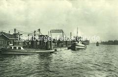 Barkasse und Fahrgastschiff am Sandtorhöft / Landspitze vom Sandtorhafen - im Hintergrund die Helgen der Reiherstieg - Deutsche Werft. ( ca. 1925 )