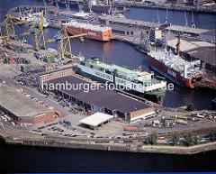 Blick auf den Kaiser-Wilhelm-Hafen, Hafenbecken im Hamburger Hafen, Hafenstadtteil Steinwerder - RoRo Frachter am Kai.  ( ca. 1996 )