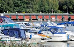Sportboote am Ufer des Malchower Sees - Bootshäuser am Seeufer.