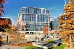 Marco-Polo-Terrassen im Herbst; die Bäume am Grasbrookhafen in der Hamburger Hafencity sind herbstlich gefärbt.