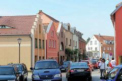Wohnhäuser, Geschäfthäuser unterschiedliche Architekturformen  - Autoverkehr in der Kurzen Strasse von Malchow.