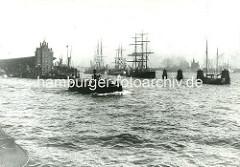 Eine Barkasse kommt vom Strandhöft; lks. die Einfahrt zum Grasbrookhafen - lks. liegen Frachtsegler / Segelschiffe im Strandhafen - alte Bilder von der Geschichte der Hafenarbeit in der Hansestadt Hamburg. (ca. 1905 )