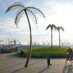 Park Fiction, Hamburg St. Pauli - Grünanlage an der Elbe; Kräne von Werft und Hafen im Hintergrund.