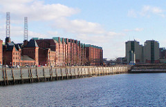 Blick zur Hamburger Speicherstadt am Sandtorkai / Sandtorhafen, re. das Kesselhaus.  (2003)