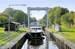 Schleuse in Mirow - Teil der Müritz Havel Wasserstrasse; technisches Denkmal / Höhenunterschied von 3,50m. Ein Motorboot liegt in der Schleusenkammer und wartet auf das Ausfahrsignal.