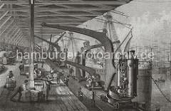 Blick in einen der offenen Kaischuppen am Sandtorkai - Kaiarbeiter schieben  grosse Ballen auf Rollbrettern zur Laderampe; ein Kranführer steht an der Winde und lädt Rohre auf der Rampe ab. (ca. 1870)