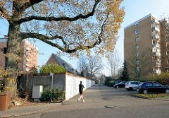 Hochhäuser mit gelber Ziegelfassade beim Dorotheenring in Quickborn; Reihe mit Garagen, Jogger.