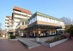Architektur der 1970er Jahre; Wohnhäuser und Geschäfte / Passage am Freibad in Quickborn.