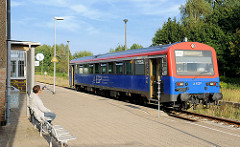 Bahnhof von Mirow - Bahnsteig mit Triebwagen der EGP, wartender Fahrgast.