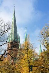Türme mit Kupferdach der St. Johanniskirche in Hamburg Rotherbaum / Mittelweg, Turmweg - erbaut 1882; neugotischer Baustil - Architekt Wilhelm Hauers.