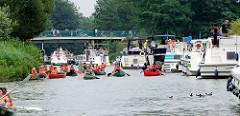 Diemitzer Schleuse im Müritz-Havel-Kanal - Sportboote warten auf die Einfahrt; Kanus haben die Schleusenkammer verlassen.