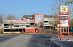 Parkhaus, P+R - Bushaltestelle; Bahnhof Quickborn.