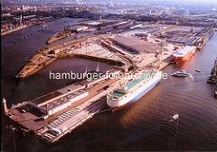 Blick über den O'Swaldkai im Hamburger Hansahafen, RoRo-Frachtschiffe liegen am Kai; lks. das Hafenbecken vom Segelschiffhafen und die Norderelbe mit den Elbbrücken.