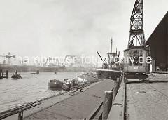 Ein Binnenschiff mit abgedeckten Laderaum liegt am Strandkai des Strandhafens - ein weiterer Elbkahn hat längsseits des Frachters ZEALAND mit Heimathafen Liverpool fest gemacht.  ( ca.  1935 )
