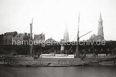 Der Sandtorhafens wurde 1866 gebaut. Als Neuerung werden die Seeschiffe direkt am Kai abgefertigt und die Ladung nicht mehr über Schuten und Lastkähne im Elbstrom gelöscht. Hinter dem Hafenschuppen die Wohnbebauung auf dem Brook. (ca. 1900)