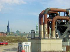 Abriss des HEW Kraftwerks am Strandhafen /  Magdeburgger Hafen Grasbrook in der jetzigen Hamburger Hafencity. Im Hintergrund Lagergebäude und Kirchtürme von St. Nikolai und St. Katharinen.( ca. 2001 )