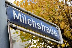 Strassenschild Milchstrasse - Herbstbaum; Bilder aus dem Stadtteil Rotherbaum / Pöseldorf.