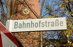 Schild Bahnhofstrasse - Kirchturm der Marienkirche in Quickborn.