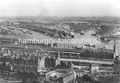 Blick auf die Hamburger Speicherstadt; re. der Kaiserspeicher, Kaispeicher A - dahinter die Norderelbe und der Indiahafenhafen; ganz lks. der Segelschiffhafen. (ca. 1930)