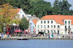 Hafenpromenade / Anleger der Fahrgastschiffe in Malchow - im Hintergrund Häuser an der  Kirchenstrasse / Touristeninformation.